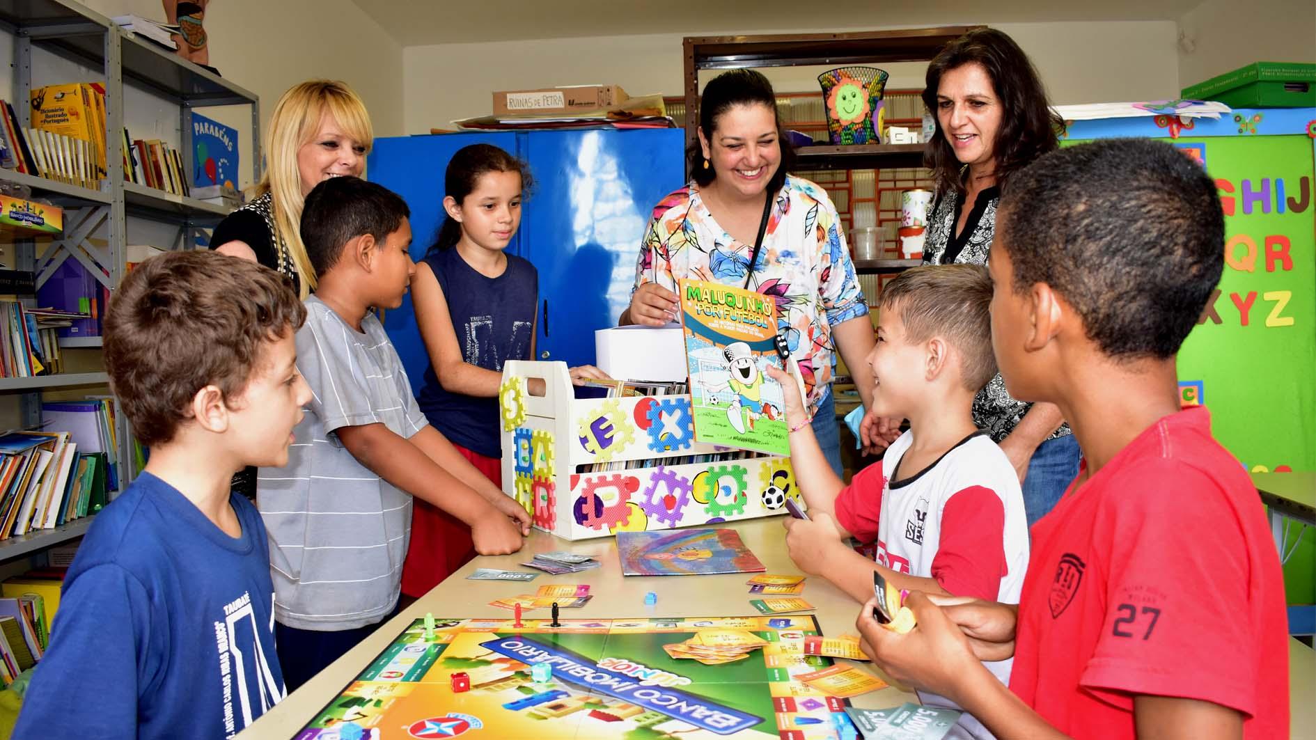 Departamento realiza doações de livros para escolas e ONG da região